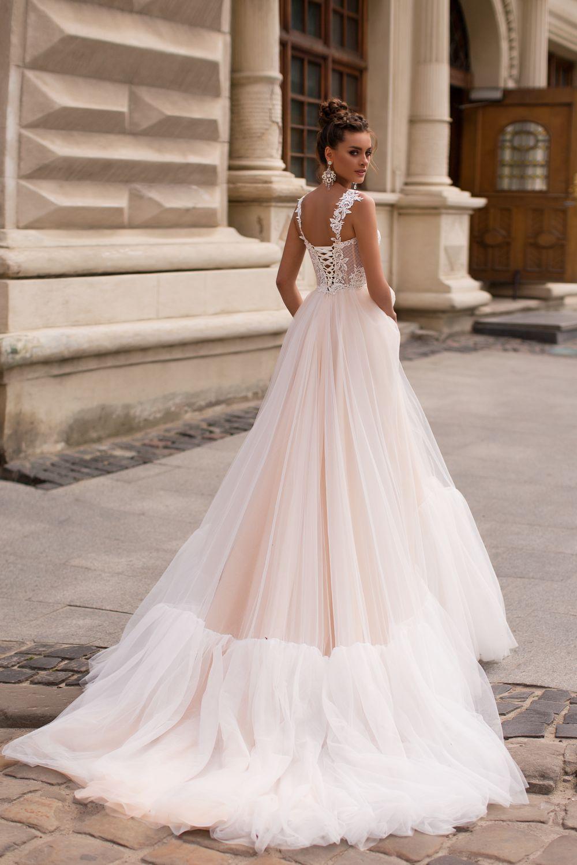Liretta Comum kāzu kleitas
